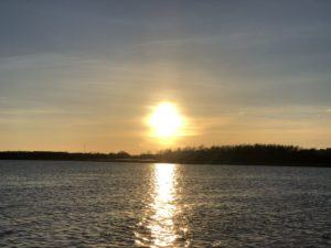 Sonnenuntergang über einen großen Fluss